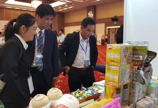 Doanh nghiệp Nhật Bản tham quan sản phẩm trưng bày tại diễn đàn hợp tác kinh tế. Ảnh:Minh Anh.